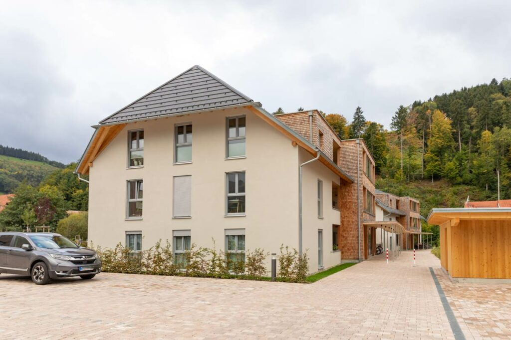 Mehrfamilienhaus Holzschindeln
