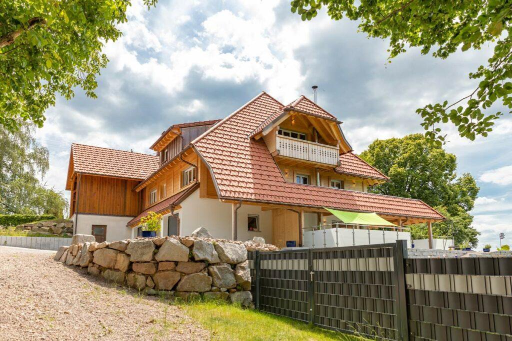 Ständer-Bohlen-Fassade